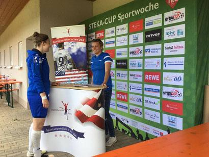 Lena (r.) informiert auf dem Steka-Cup über Jomi Sportstipendien
