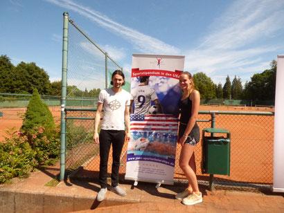 Luisa Schulte-Tigges, bei Jomi zuständig für Tennis-Stipendien, mit Fußballprofi Neven Subotic.