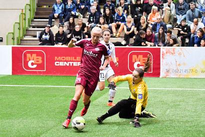 Lea Schüller umkurvt im Finale Freiburg-Torfrau Laura Benkarth und erzielt ihren fünften Turniertreffer. Foto Mirko Happes