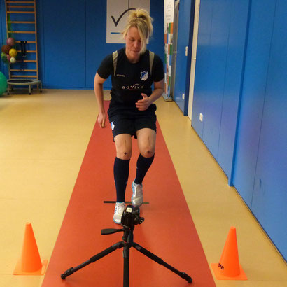 """Kristin Demann mit fußballspezifischen Abläufen wie der """"Stop'n Go""""-Bewegung mit Richtungswechsel."""