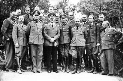 Hitlers Arbeitsstab im Juni 1940; Schmundt rechts hinter Hitler
