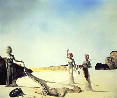 Три молодых сюрреалистических женщины, держащих в руках шкуры орекстра