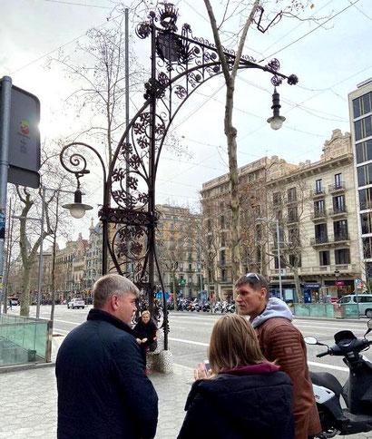 Фонари-скамейки на Пасео де Грасиа в Барселоне