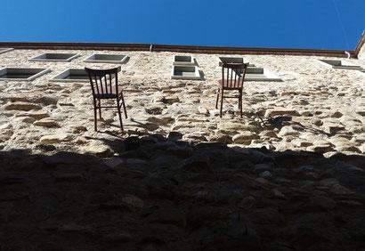 Бесалу - стулья на стенах домов