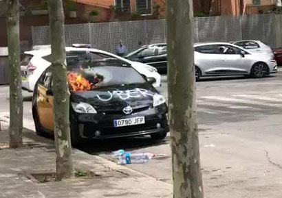 В Бадалоне сожгли машину такси, хозяин которой сотрудничал с Uber