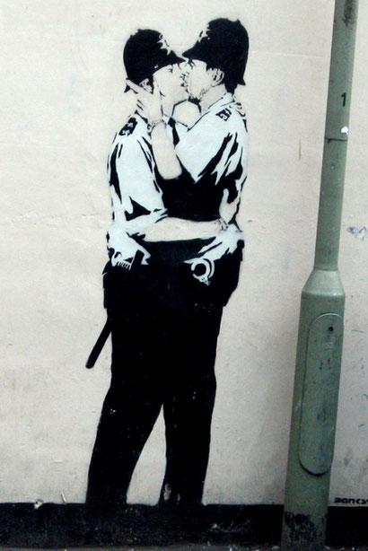 Целующиеся полицейские - Бэнкси