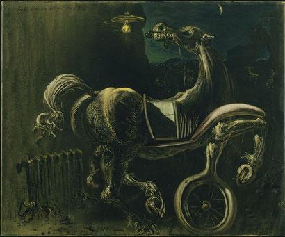 Обломки автомобиля, порождающие слепую лошадь. которая кусает телефон