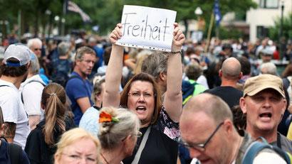 """Протесты против коронавирусной """"диктатуры"""" в Берлине"""