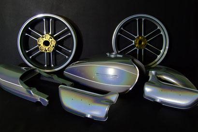 スタンドックス、リキットシルバーを使ってカスタムペイントした旧車バイクのタンクその他のパーツ。