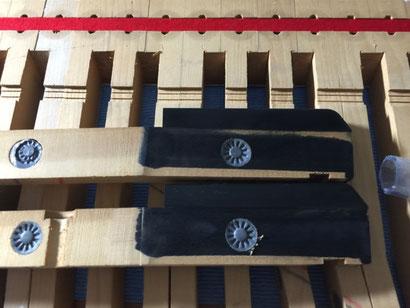 グランドピアノの黒鍵着色剥がれは、専用の塗料を塗ってキレイに仕上げます