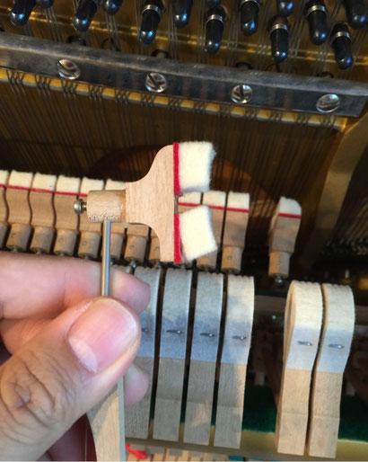 接着剥がれを起こしたアップライトピアノのダンパーフェルト