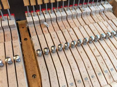 ピアノ内部にたまったホコリ ヨゴレを掃除する