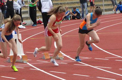 Antonia Schell beim Start (Mitte)
