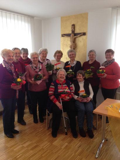 Strahlende Gesichter beim Helferkreis-Frühstück im Ellgauer Pfarrheim. Erna Zwerger koordiniert seit 40 Jahren die Frauen des Ellgauer Helferkreises. Die Pfarrgemeinderatsvorsitzende Elisabeth Wagner-Engert bedankte sich bei den Frauen