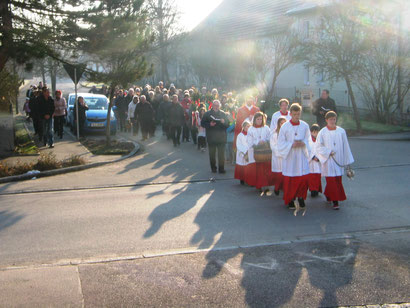 In einer feierlichen Prozession zog die gläubige Gemeinde in das Gotteshaus ein