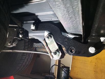 Hier sind die seitlichennHalterungen der AHK zu sehen, die erste Schraube ist bereits entfernt