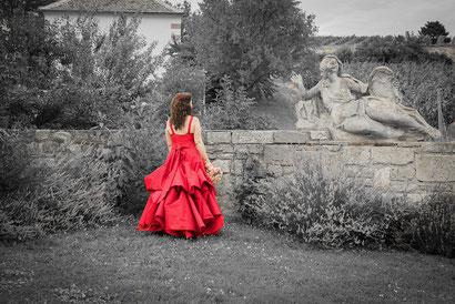 Freigut Thallern Niederösterreich Braut Brautkleid rot romantisch Märchen Märchenlandschaft Hochzeit heiraten Skulptur Figur Steinfigur Hochzeitsfoto