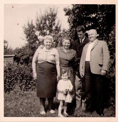 Ein Besuch bei der Verwandschaft war ein Foto wert. Für heutige Generationen holt ein solches Bild die Vergangenheit zurück