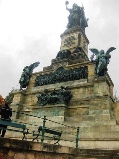 Imposant thront die Germania auf dem Niederwalddenkmal oberhalb der Weinberge