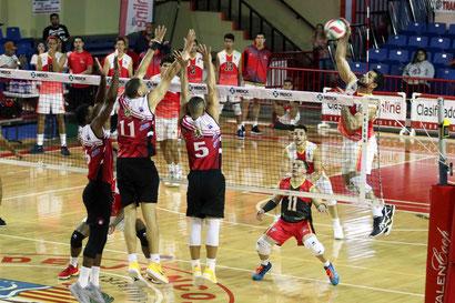 Pablo Guzman en ataque junto a los Mulos de Juncos intentaran nivelar la Serie Semifinal ante los Indios de Mayagüez a un triunfo por bando / Foto por Heriberto Rosario Rosa