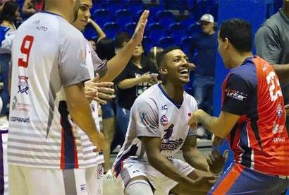 El capitán Christian Encarnación celebra con sus compañeros la victoria. / Foto suministrada por LPV