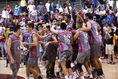 Los Taínos de la UAGM toman ventaja del primer partido de la final del voleibol de la LAI. (J. Santana)