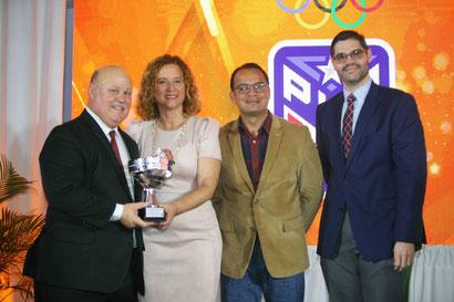La Liga Atlética Interuniversitaria recibió el premio Julio Enrique Monagas. (Ángel Vázquez COPUR)