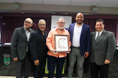 Carlos Uriarte al centro fue reconocido por su aportación al deporte en Puerto Rico en la Asamblea Bienal  de la APDPUR 2019 / Foto por Heriberto Rosario