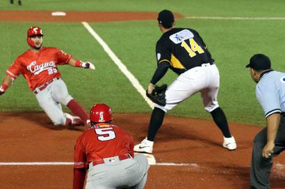 A segunda hora con la regla de corredor en segunda base, los Criollos capitalizaron en el octavo episodio  / Fotos: Manuel Félix, Ivette García y Eduardo París (LBPRC Media)