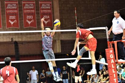 Los Gallitos de la UPR de Río Piedras empatan la serie con los Taínos de la UAGM en el voleibol LAI. (Z. Acosta LAI) (2)