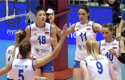 Tijana Boskovic (18) y sus compañeras celebran un punto en la victoria sobre Tailandia / Foto por FIVB