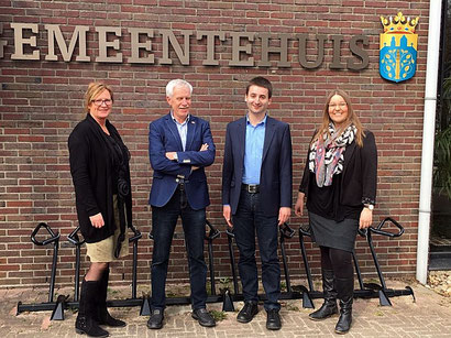 """Wietze Potze (2. von rechts) sprach mit Lea Timmer (rechts) und Peter Geerdink über das Thema """"Frühe Nachbarsprache!"""" in Westerwolde."""