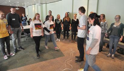Symbolische Eröffnungshandlung des Projektes: Niederländische und deutsche Pflegeschüler und Studenten gehen aufeinander zu.