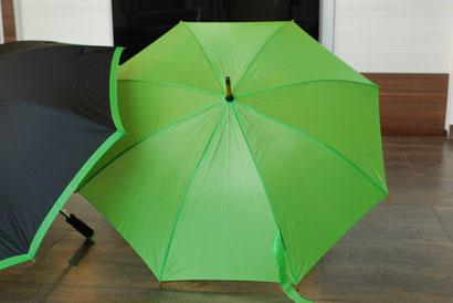 Zwei Regenschirme vor der Bedruckung