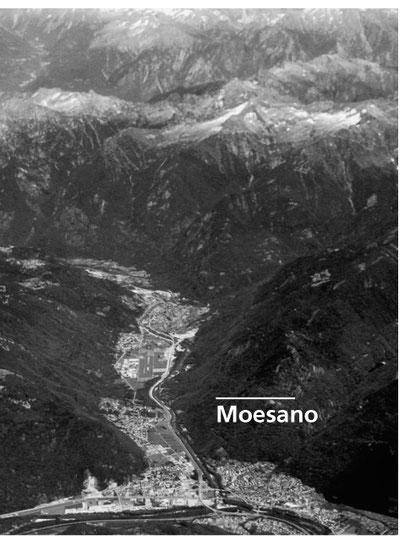 Vista d'alta quota sul Moesano e oltre, dall'oblò di un aereo SWISS sulla linea Milano-Zurigo. Foto Lino Succetti, 28.06.2015