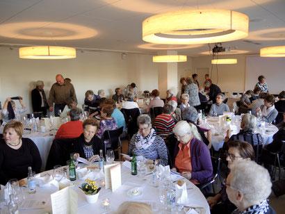 55 Mitglieder und zahlreiche Gäste im grossen Saal des Zurzacherhofs
