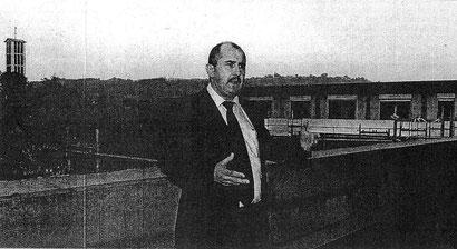 Walter Müller erläutert das Konzept in einer Dachgeschosswohnung mit Blick auf die Pfarrkirche.