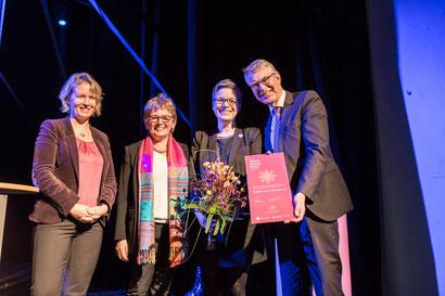 Laudatorin Ulrika Engler, Kuratorium KarinFourier, Preisträgerin Monika Dehmel und SponsorAndré Neiß (üstra)
