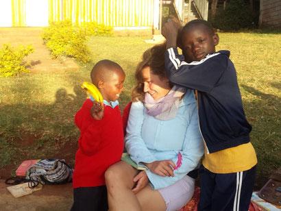 Mein kenianisches Patenkind (links) unterrichten.