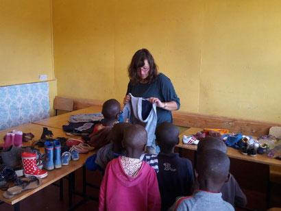 Spenden verteilen in einem Kinderheim bei Nairobi, Kenia.