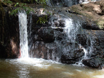 Unterer Teil des Wasserfalls im Karura Forest in Nairobi