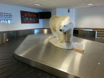 Gepäckband mit Eisbär am Flughafen von Longyearbyen.