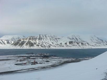 Blick auf Longyearbyen und den Adventfjord.