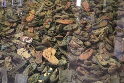Schuhe, die einst vor den Gaskammern eingesammelt wurden