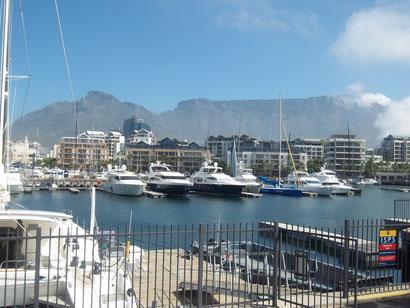In Südafrika (Waterfront in Kapstadt) leben die meisten Millionäre.