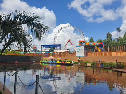 Freizeitpark vor der Two Rivers Shopping Mall