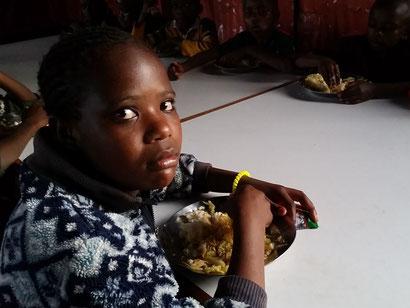 Abendessen für Waisenkind Ruth in der Nähe von Nairobi, Kenia.