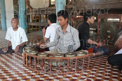 Ensemble kantoam ming de feu Maître Ling Srey au Vat Athvear en décembre 2011.