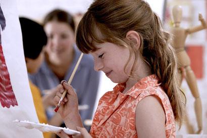Symbolbild: Mädchen malt