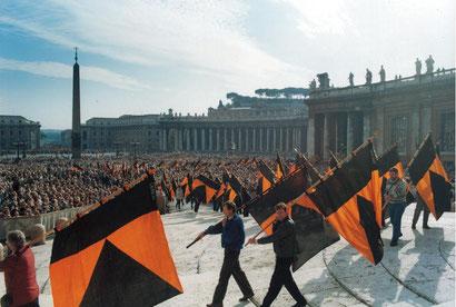 Der Einzug der Banner zum Petersdom in Rom zur Seligsprechung - mit Schönwalder Beteiligung.